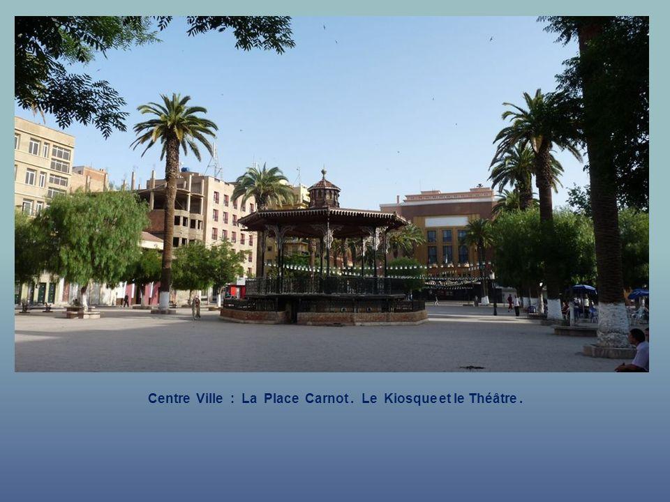 Centre Ville : La Place Carnot . Le Kiosque et le Théâtre .