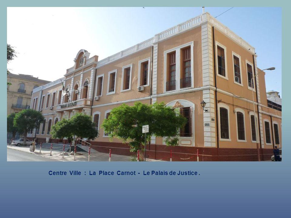 Centre Ville : La Place Carnot - Le Palais de Justice .
