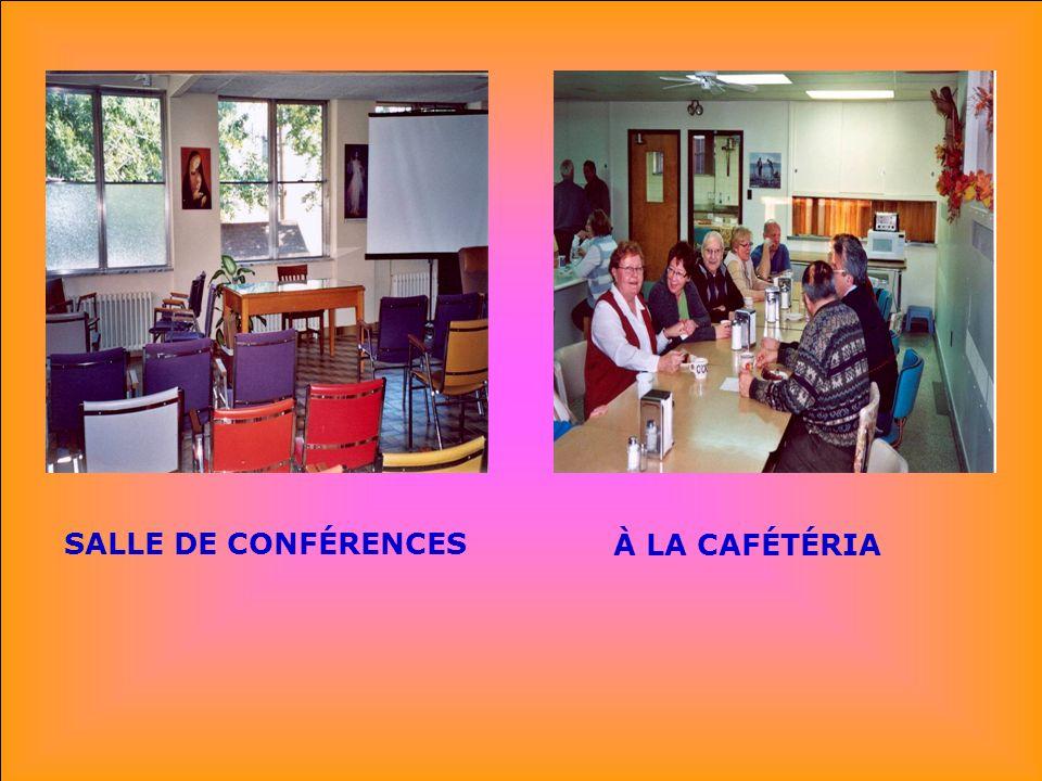 . . SALLE DE CONFÉRENCES À LA CAFÉTÉRIA