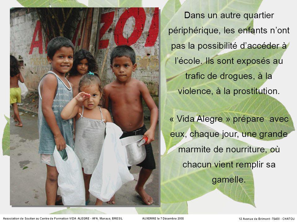 Dans un autre quartier périphérique, les enfants n'ont pas la possibilité d'accéder à l'école. Ils sont exposés au trafic de drogues, à la violence, à la prostitution.
