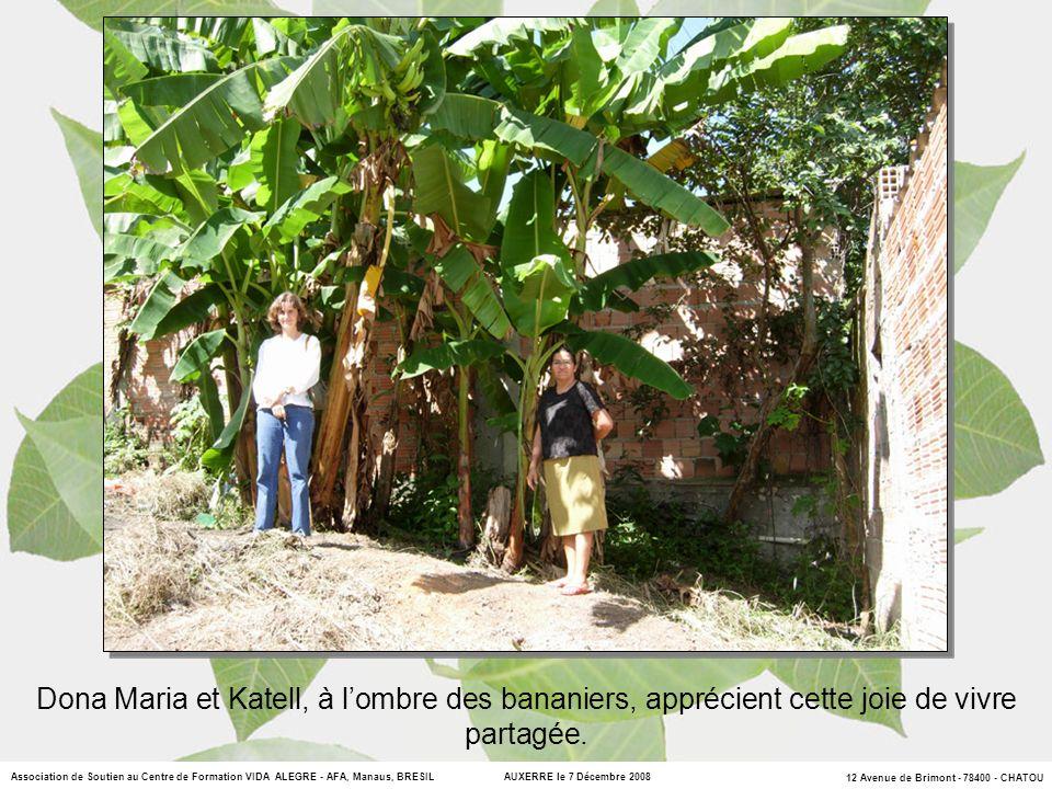 Dona Maria et Katell, à l'ombre des bananiers, apprécient cette joie de vivre partagée.