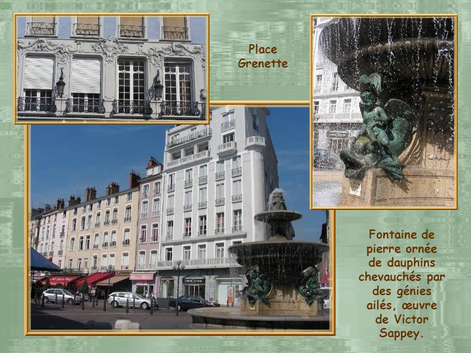 Place Grenette Fontaine de pierre ornée de dauphins chevauchés par des génies ailés, œuvre de Victor Sappey.