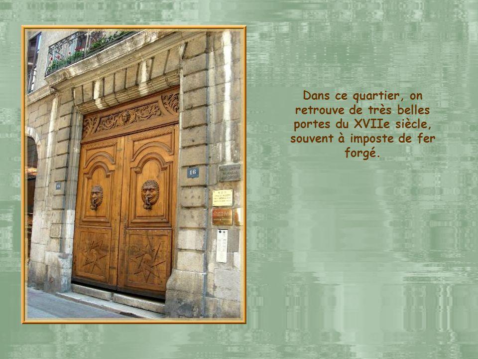 Dans ce quartier, on retrouve de très belles portes du XVIIe siècle, souvent à imposte de fer forgé.