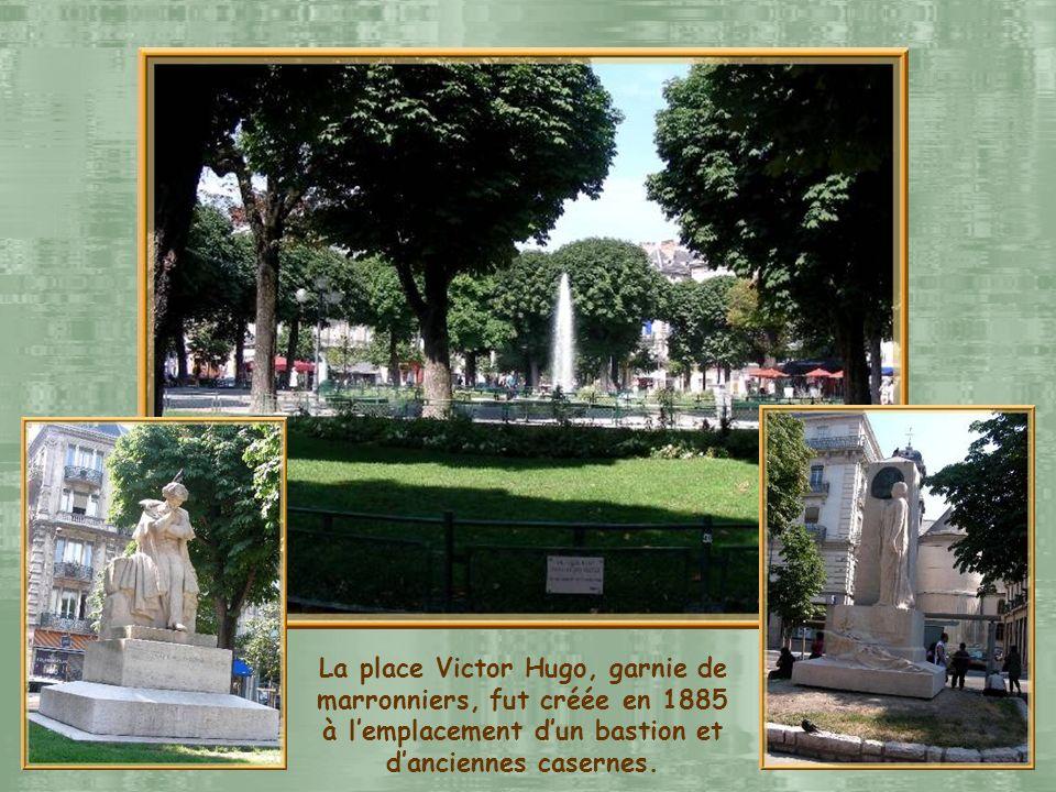 La place Victor Hugo, garnie de marronniers, fut créée en 1885 à l'emplacement d'un bastion et d'anciennes casernes.