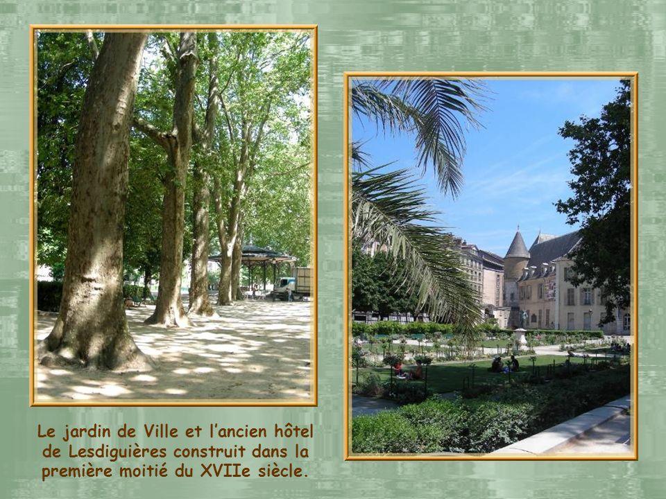 Le jardin de Ville et l'ancien hôtel de Lesdiguières construit dans la première moitié du XVIIe siècle.