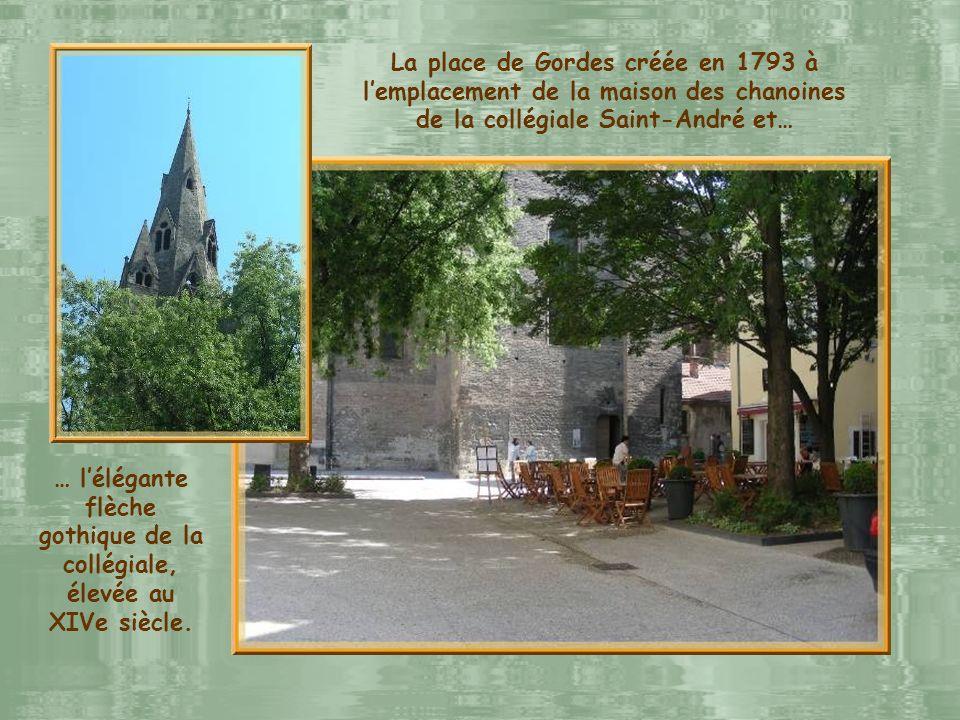 … l'élégante flèche gothique de la collégiale, élevée au XIVe siècle.