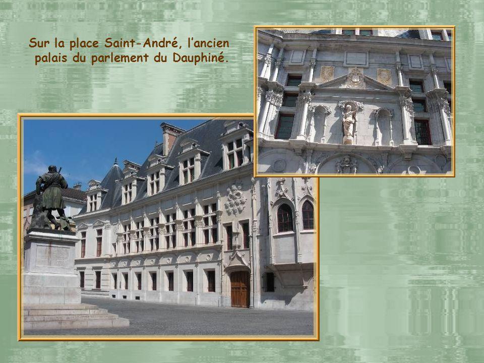 Sur la place Saint-André, l'ancien palais du parlement du Dauphiné.
