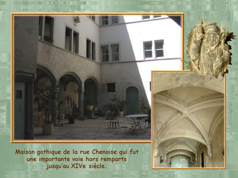 Maison gothique de la rue Chenoise qui fut une importante voie hors remparts jusqu'au XIVe siècle.