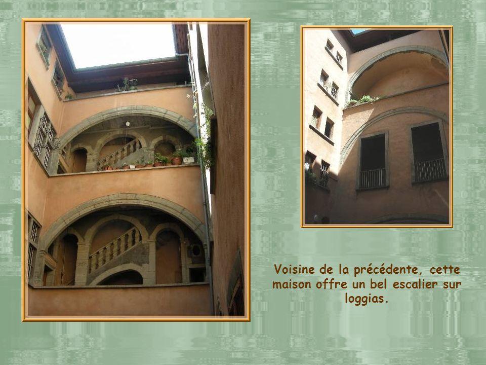 Voisine de la précédente, cette maison offre un bel escalier sur loggias.