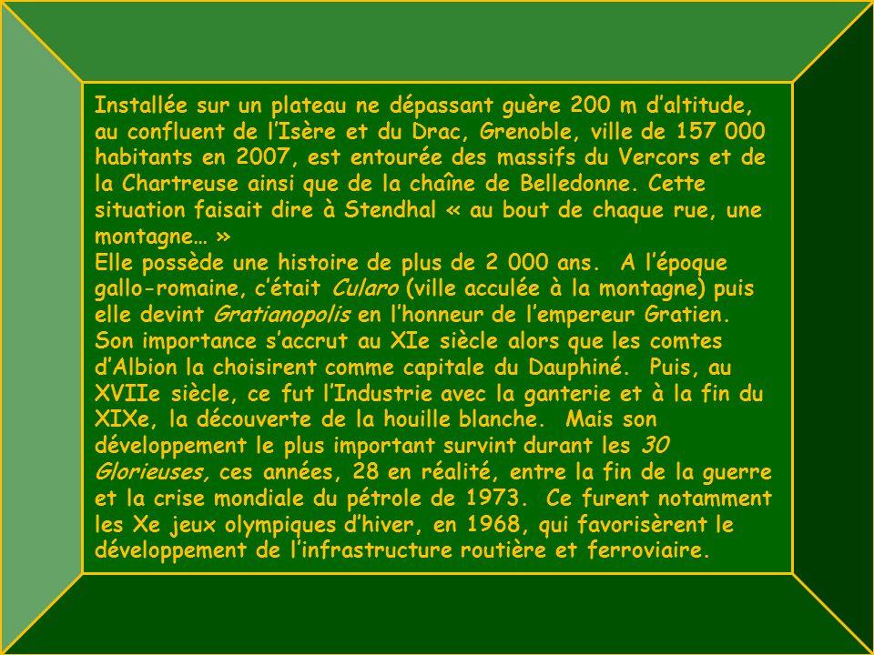 Installée sur un plateau ne dépassant guère 200 m d'altitude, au confluent de l'Isère et du Drac, Grenoble, ville de 157 000 habitants en 2007, est entourée des massifs du Vercors et de la Chartreuse ainsi que de la chaîne de Belledonne. Cette situation faisait dire à Stendhal « au bout de chaque rue, une montagne… »