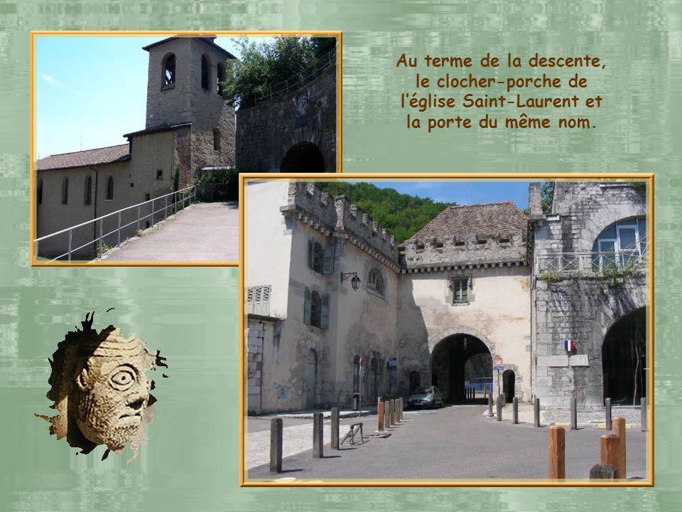 Au terme de la descente, le clocher-porche de l'église Saint-Laurent et la porte du même nom.