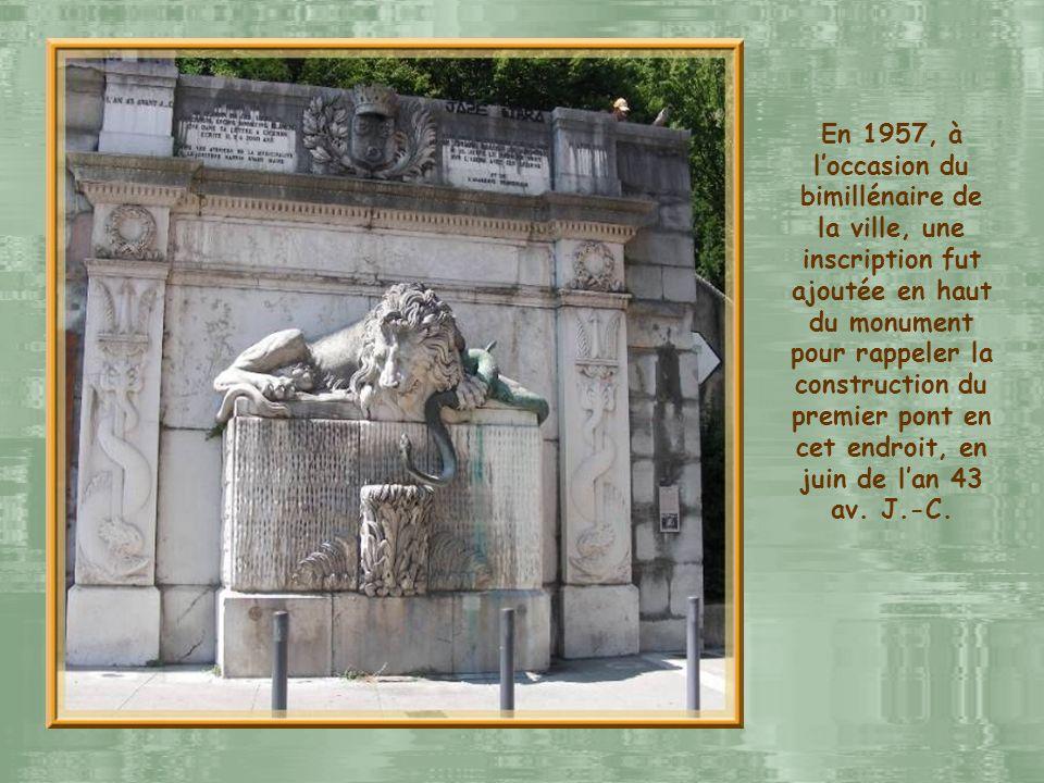 En 1957, à l'occasion du bimillénaire de la ville, une inscription fut ajoutée en haut du monument pour rappeler la construction du premier pont en cet endroit, en juin de l'an 43 av.