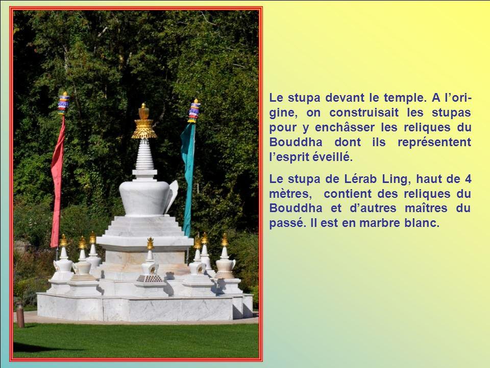 Le stupa devant le temple