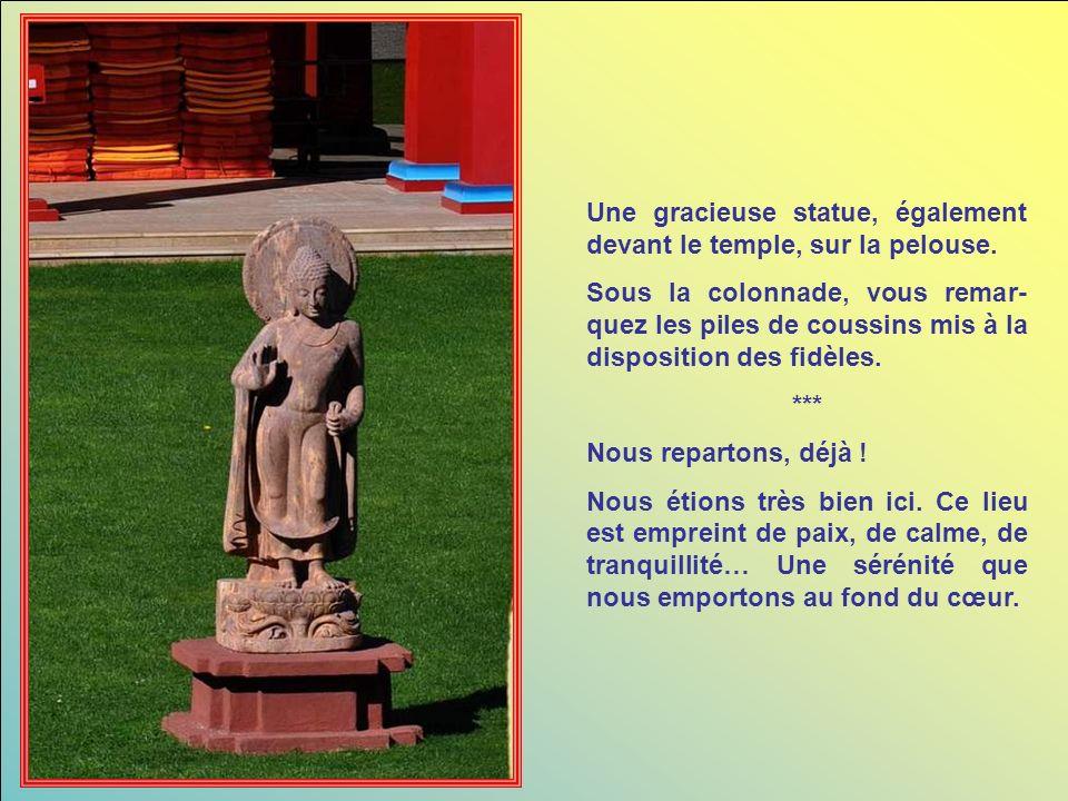 Une gracieuse statue, également devant le temple, sur la pelouse.