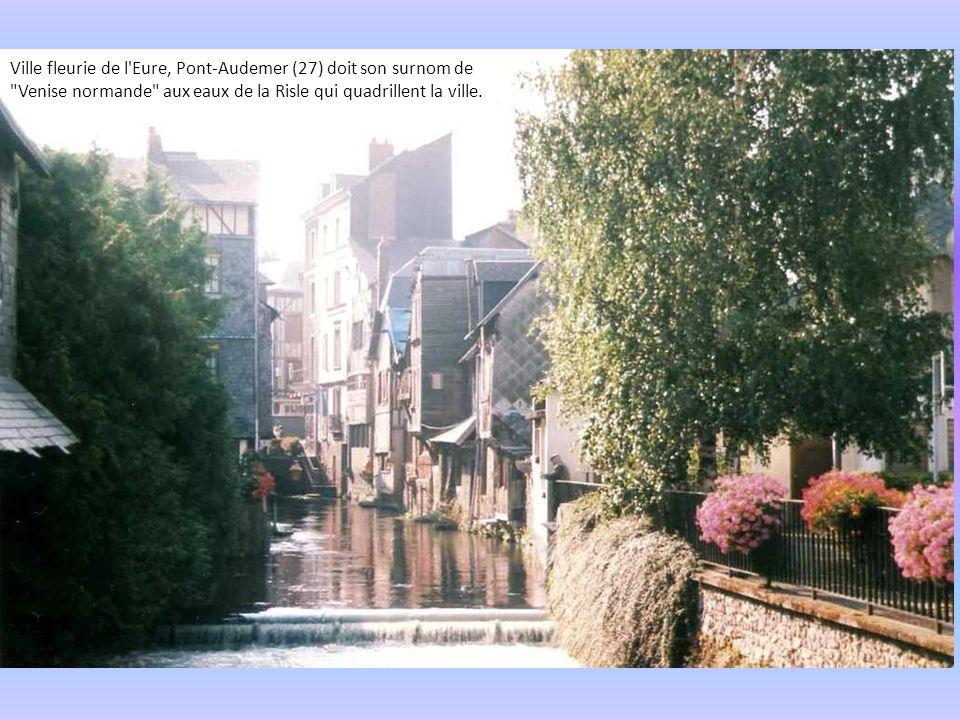 Ville fleurie de l Eure, Pont-Audemer (27) doit son surnom de Venise normande aux eaux de la Risle qui quadrillent la ville.