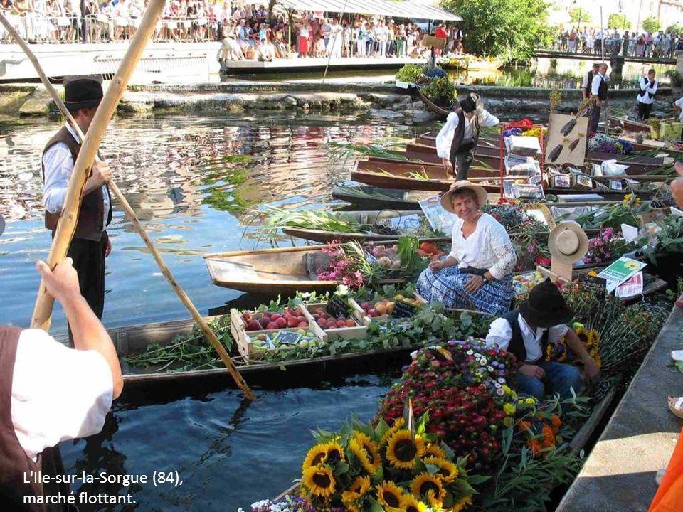 L Ile-sur-la-Sorgue (84), marché flottant.