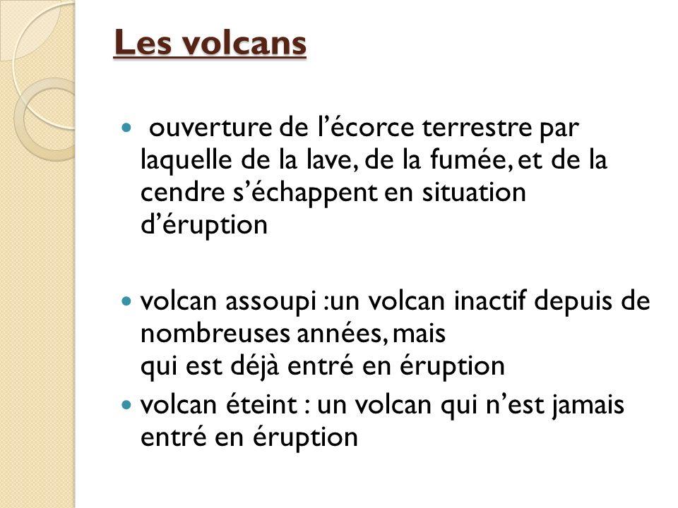 Les volcans ouverture de l'écorce terrestre par laquelle de la lave, de la fumée, et de la cendre s'échappent en situation d'éruption.