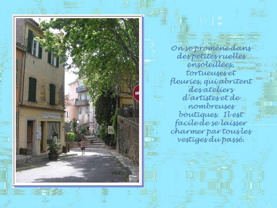On se promène dans des petites ruelles ensoleillées, tortueuses et fleuries, qui abritent des ateliers d artistes et de nombreuses boutiques.