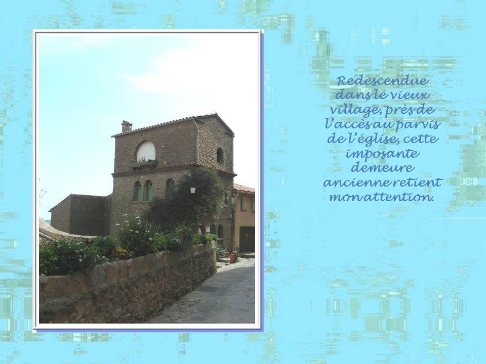 Redescendue dans le vieux village, près de l'accès au parvis de l'église, cette imposante demeure ancienne retient mon attention.