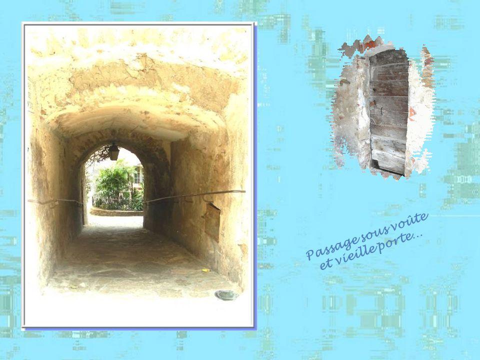 Passage sous voûte et vieille porte…