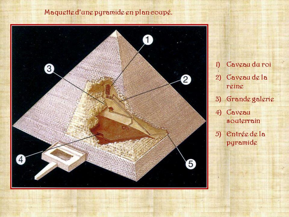 Maquette d'une pyramide en plan coupé.