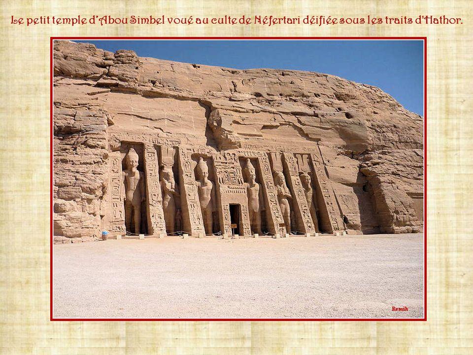 Le petit temple d'Abou Simbel voué au culte de Néfertari déifiée sous les traits d Hathor.