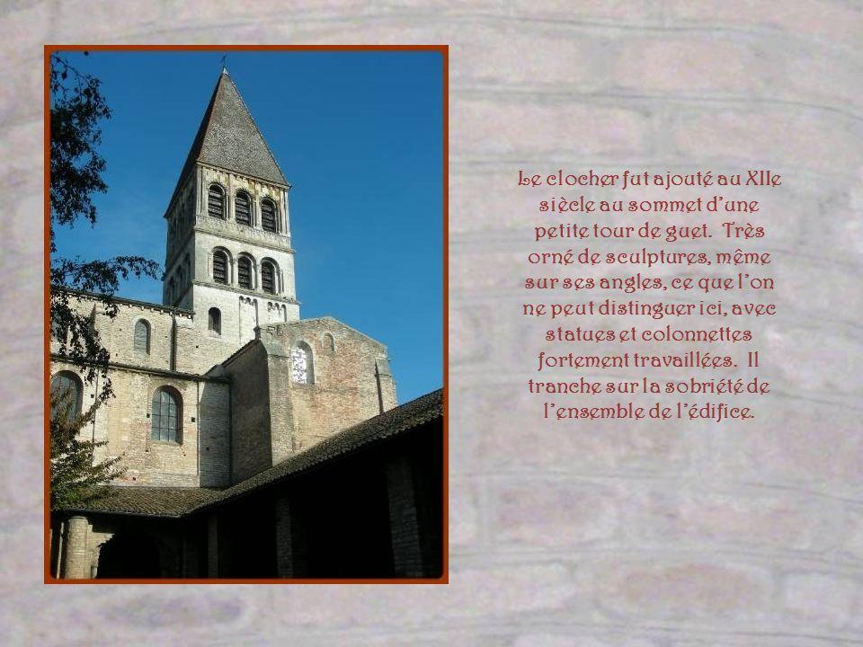 Le clocher fut ajouté au XIIe siècle au sommet d'une petite tour de guet.