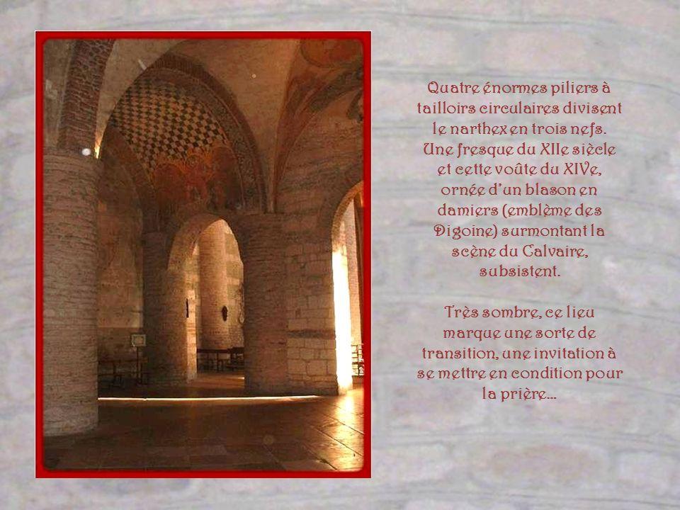Quatre énormes piliers à tailloirs circulaires divisent le narthex en trois nefs.