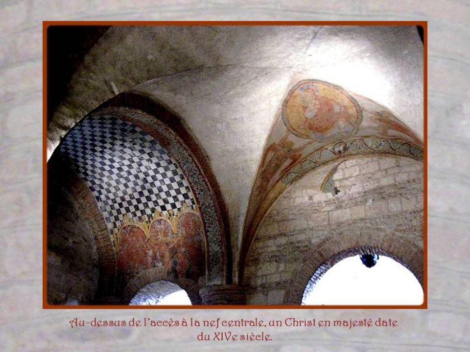 Au-dessus de l'accès à la nef centrale, un Christ en majesté date
