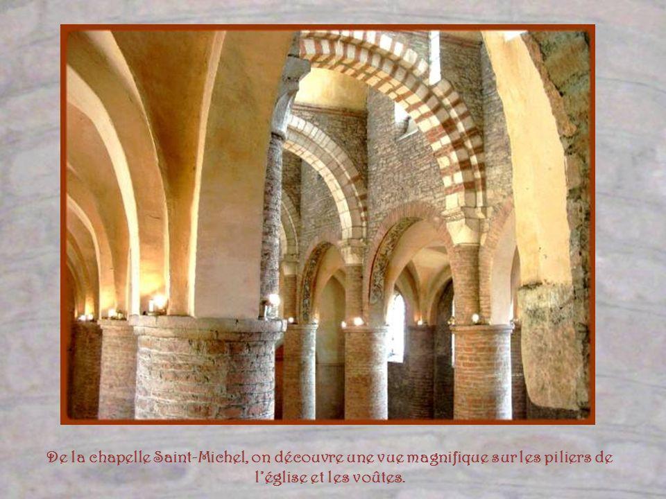 De la chapelle Saint-Michel, on découvre une vue magnifique sur les piliers de l'église et les voûtes.