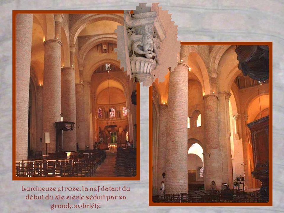 Lumineuse et rose, la nef datant du début du XIe siècle séduit par sa grande sobriété.