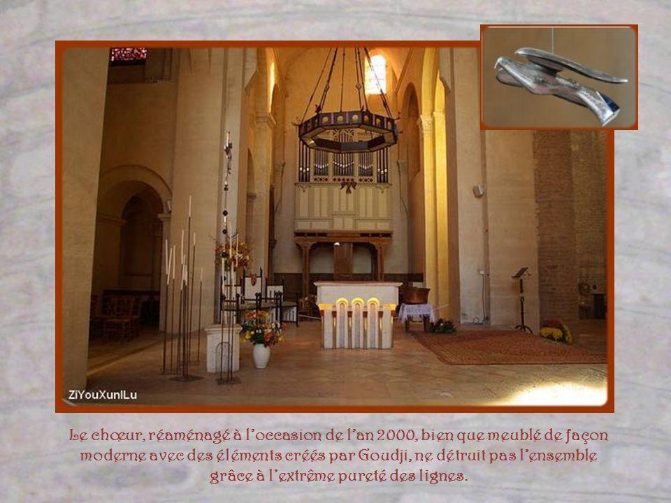 Le chœur, réaménagé à l'occasion de l'an 2000, bien que meublé de façon moderne avec des éléments créés par Goudji, ne détruit pas l'ensemble grâce à l'extrême pureté des lignes.