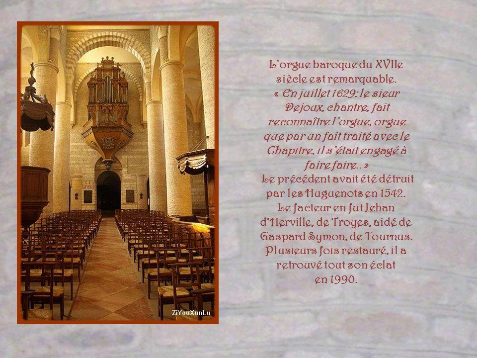 L'orgue baroque du XVIIe siècle est remarquable.
