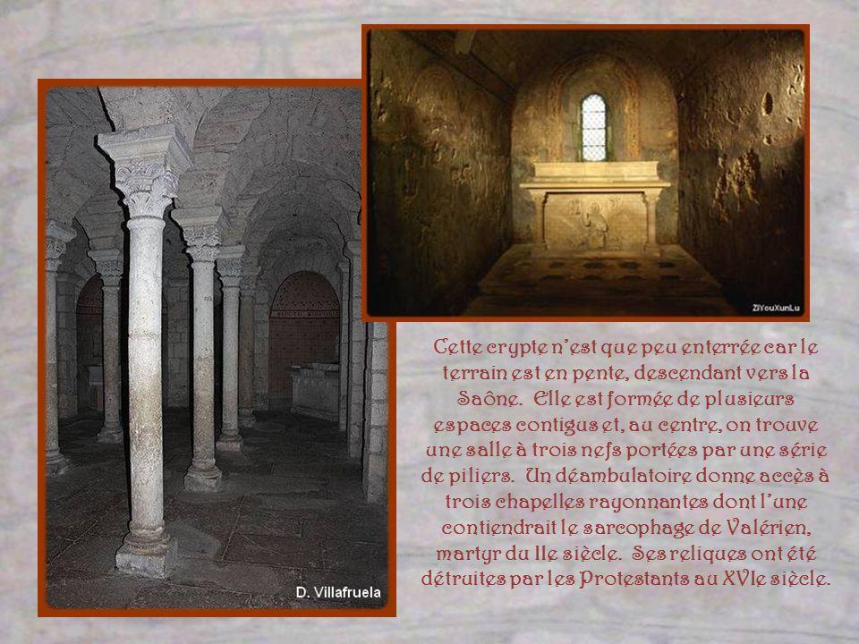 Cette crypte n'est que peu enterrée car le terrain est en pente, descendant vers la Saône.