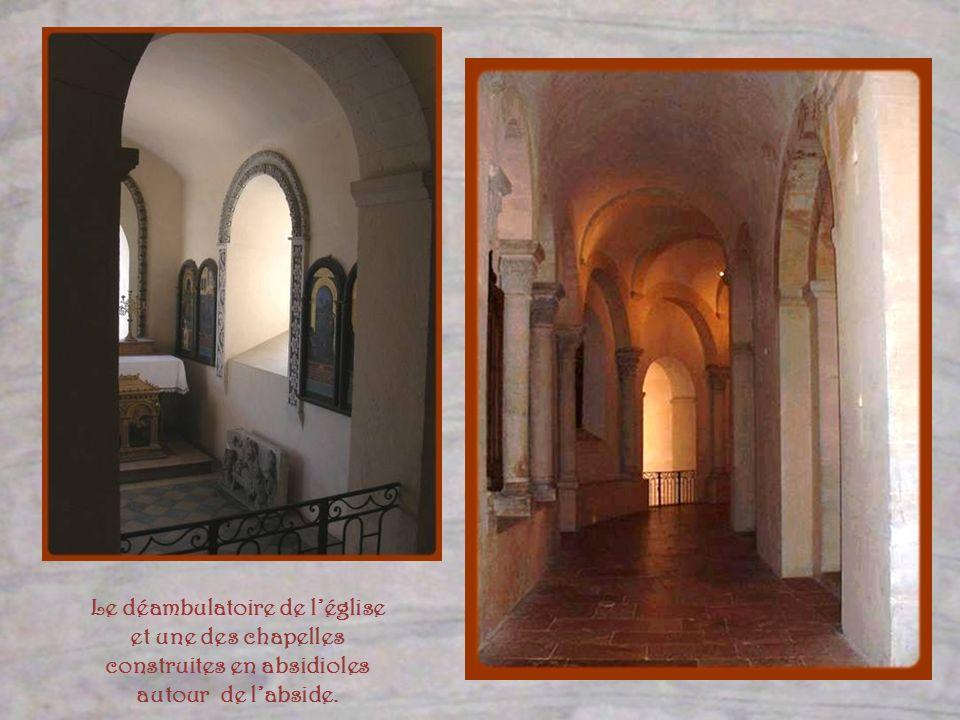 Le déambulatoire de l'église et une des chapelles construites en absidioles autour de l'abside.