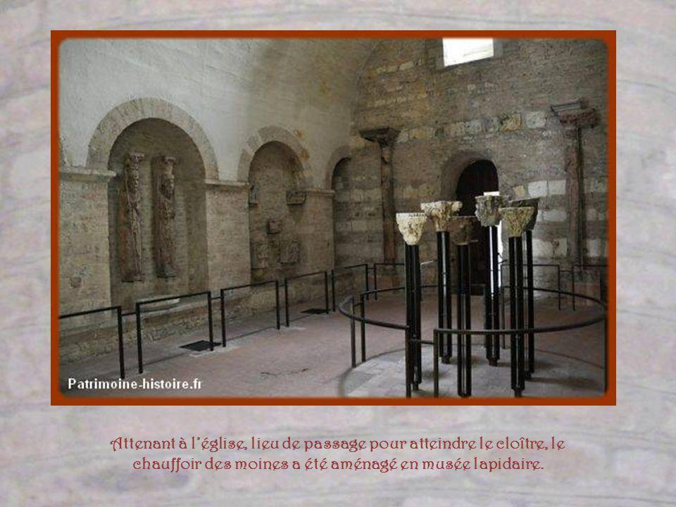 Attenant à l'église, lieu de passage pour atteindre le cloître, le chauffoir des moines a été aménagé en musée lapidaire.
