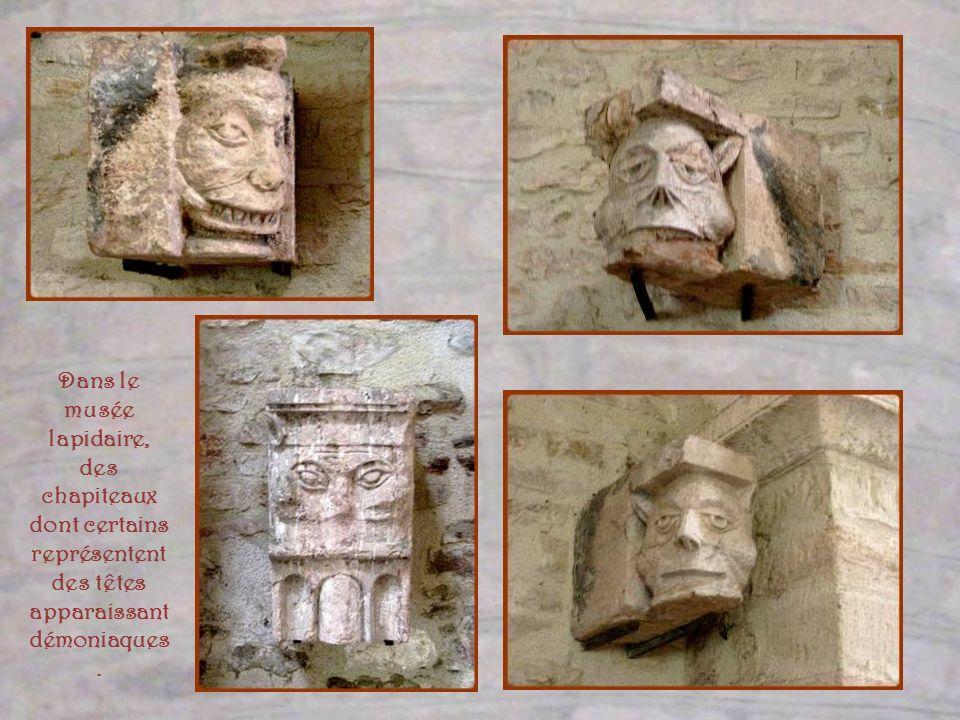 Dans le musée lapidaire, des chapiteaux dont certains représentent des têtes apparaissant démoniaques.