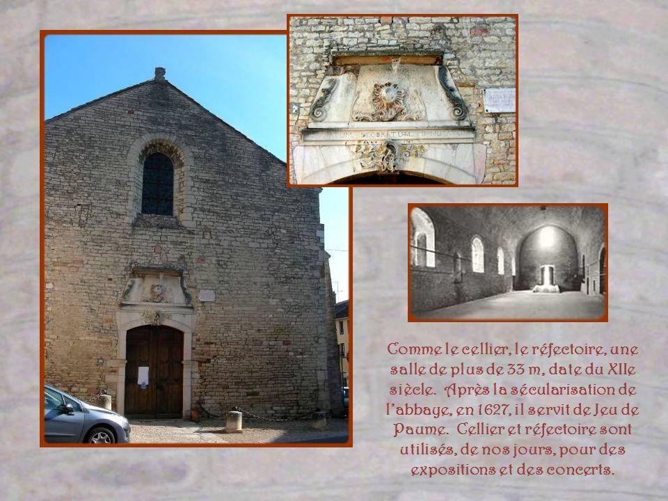 Comme le cellier, le réfectoire, une salle de plus de 33 m, date du XIIe siècle. Après la sécularisation de l'abbaye, en 1627, il servit de Jeu de Paume. Cellier et réfectoire sont utilisés, de nos jours, pour des expositions et des concerts.