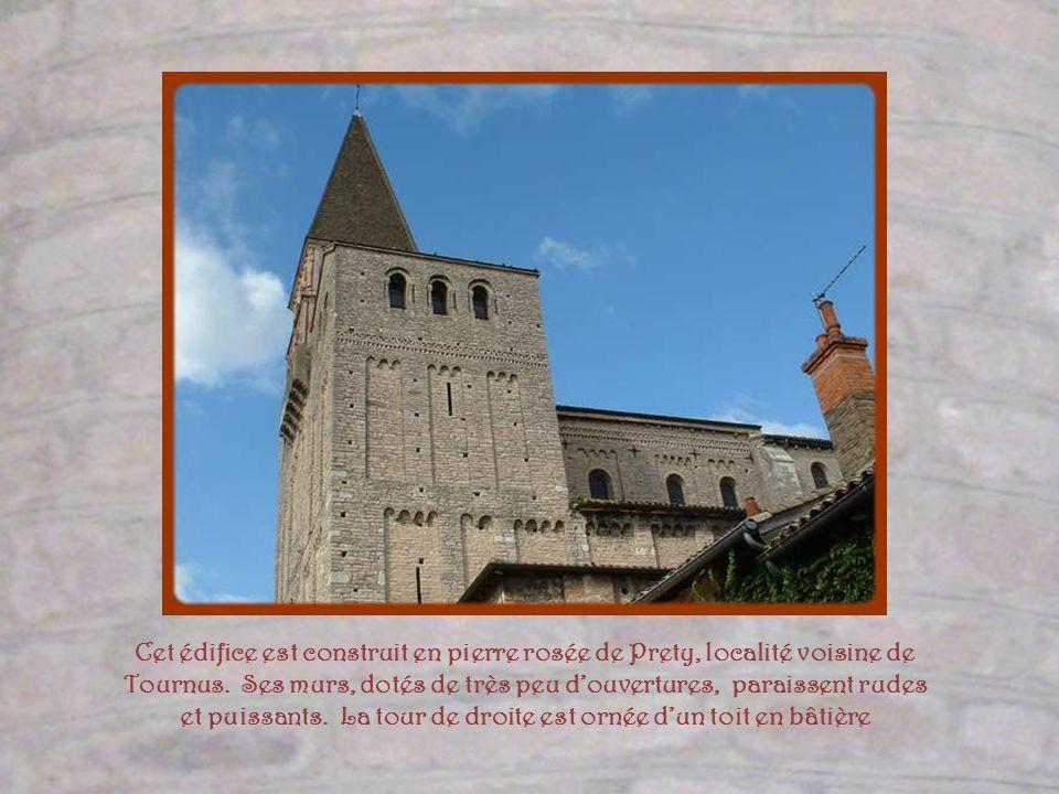 Cet édifice est construit en pierre rosée de Prety, localité voisine de Tournus.