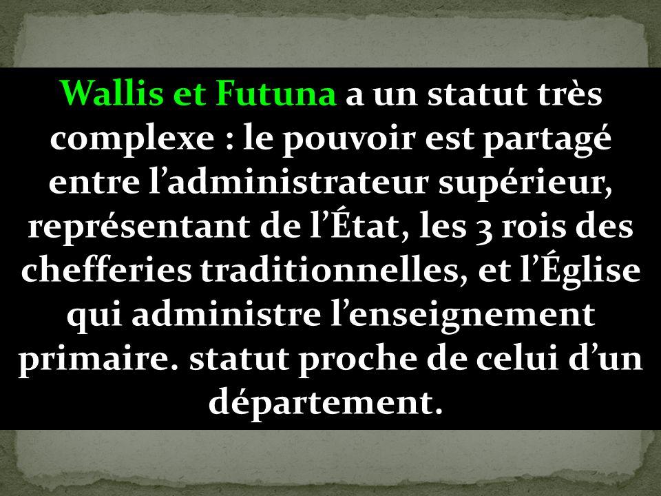 Wallis et Futuna a un statut très complexe : le pouvoir est partagé entre l'administrateur supérieur, représentant de l'État, les 3 rois des chefferies traditionnelles, et l'Église qui administre l'enseignement primaire.