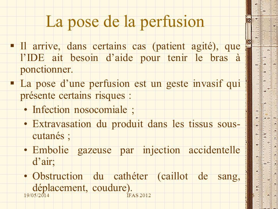 La pose de la perfusion Il arrive, dans certains cas (patient agité), que l'IDE ait besoin d'aide pour tenir le bras à ponctionner.