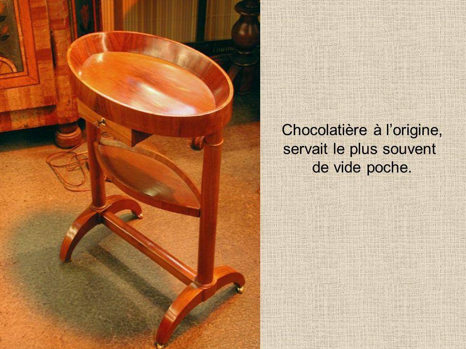 Chocolatière à l'origine, servait le plus souvent de vide poche.