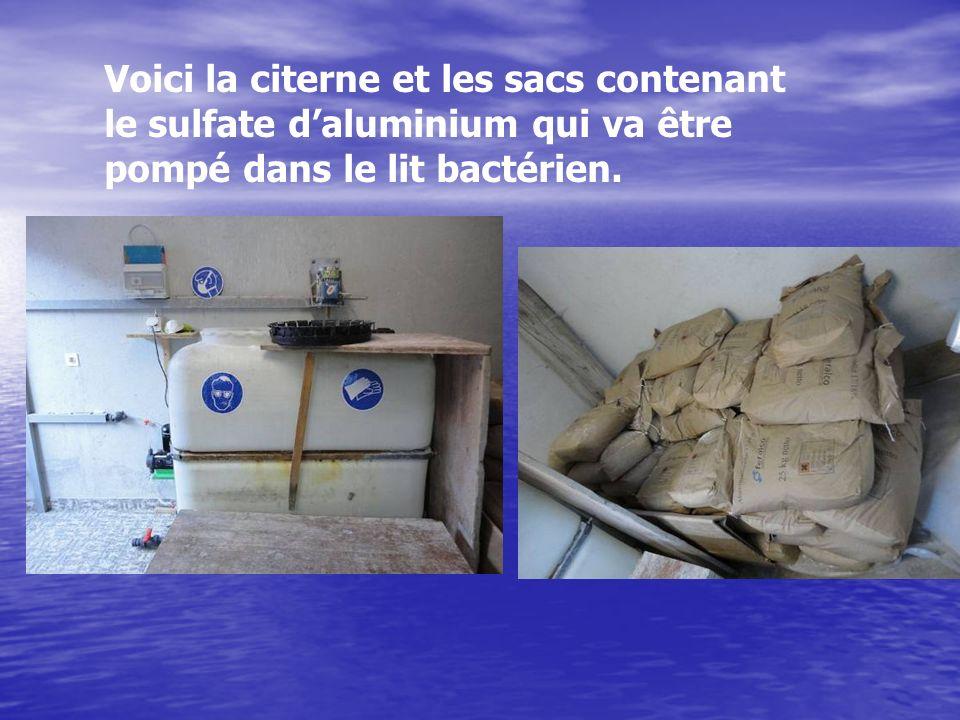 Voici la citerne et les sacs contenant le sulfate d'aluminium qui va être pompé dans le lit bactérien.