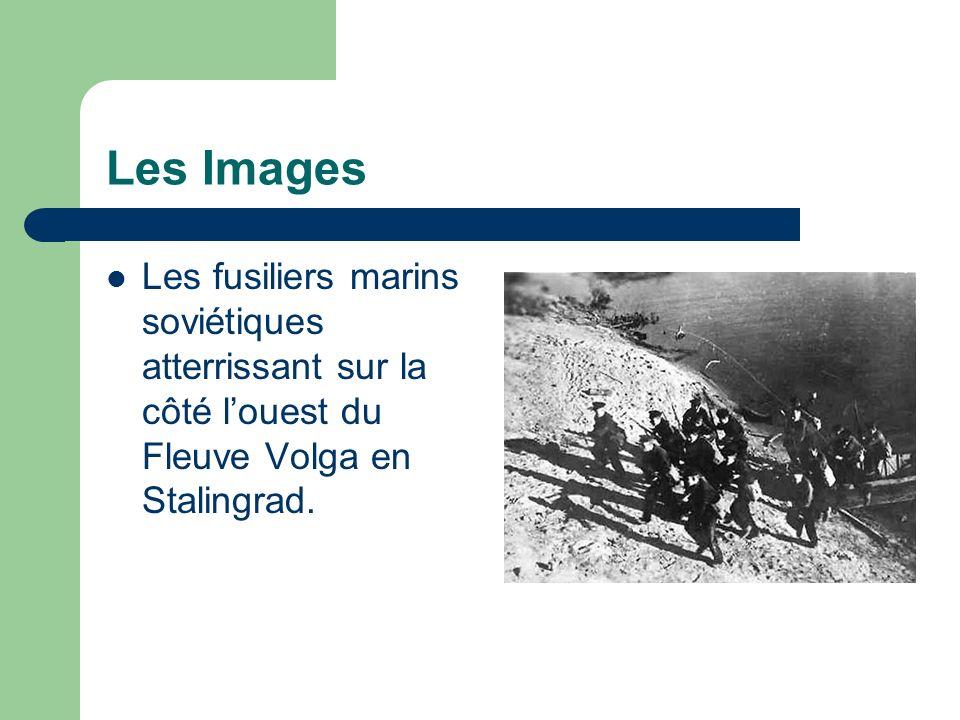 Les Images Les fusiliers marins soviétiques atterrissant sur la côté l'ouest du Fleuve Volga en Stalingrad.
