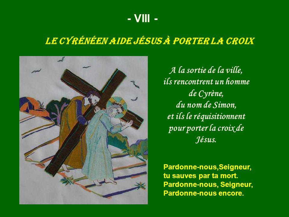 Le Cyrénéen aide Jésus à porter la croix
