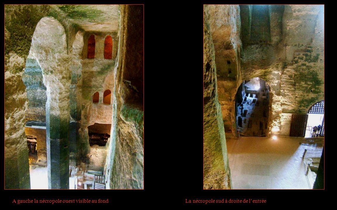 A gauche la nécropole ouest visible au fond La nécropole sud à droite de l'entrée