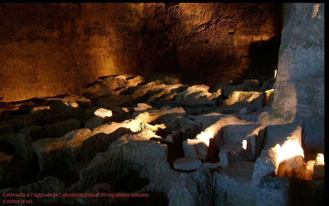 Cette salle à l'opposée de l'abside renfermait 80 sépultures creusées à même le sol