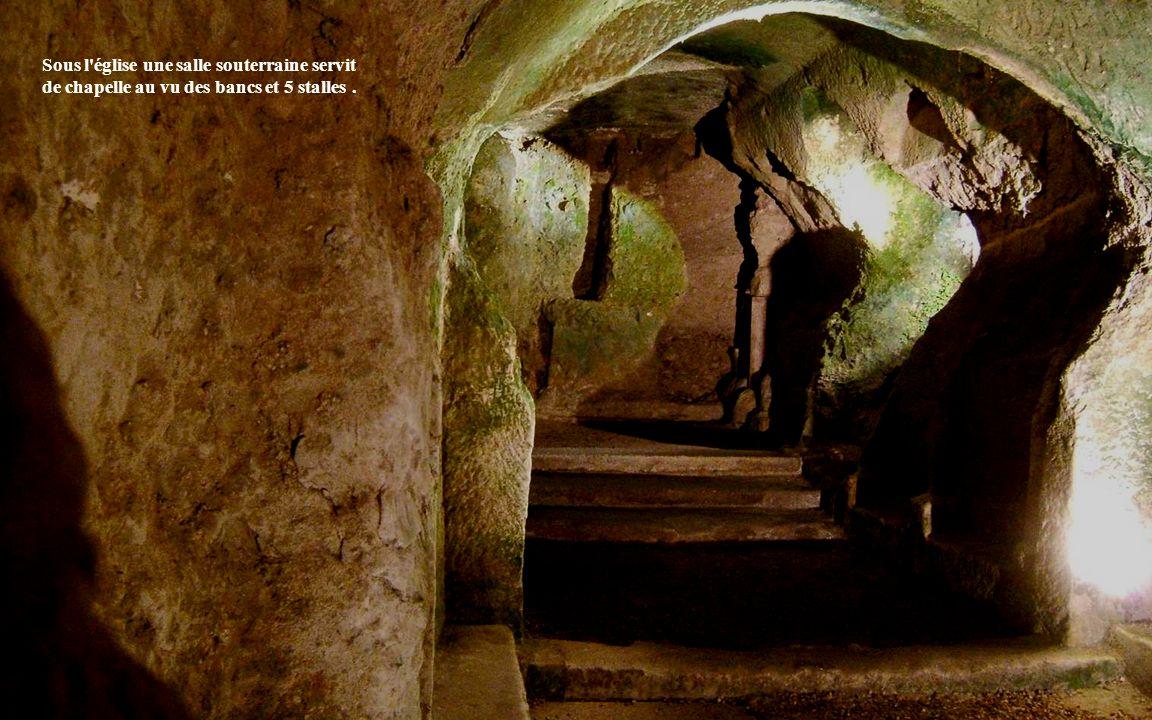 Sous l église une salle souterraine servit de chapelle au vu des bancs et 5 stalles .