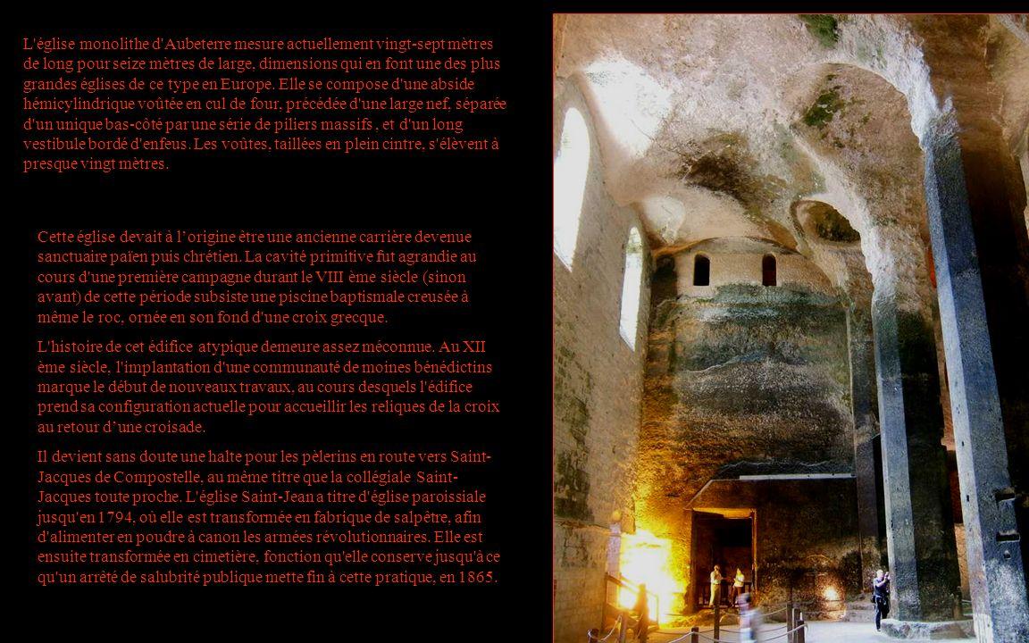 L église monolithe d Aubeterre mesure actuellement vingt-sept mètres de long pour seize mètres de large, dimensions qui en font une des plus grandes églises de ce type en Europe. Elle se compose d une abside hémicylindrique voûtée en cul de four, précédée d une large nef, séparée d un unique bas-côté par une série de piliers massifs , et d un long vestibule bordé d enfeus. Les voûtes, taillées en plein cintre, s élèvent à presque vingt mètres.