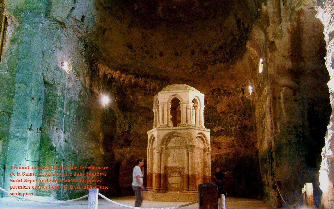 Trônant au centre de l abside, le reliquaire de la Sainte Croix s inspire dans doute du Saint-Sépulcre de Jérusalem, tel que les premiers croisés l'ont vu.